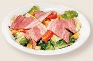 Легкий салат с беконом и орехами кешью под сливочным соусом